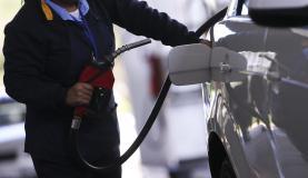 Brasília - Fiscais do Instituto de Defesa do Consumidor do Distrito Federal fazem vistoria em postos de combustíveis para verificar as alterações dos preços finais cobrados ao consumidor (Marcelo Camargo/Agência