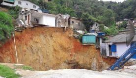 Rio de Janeiro - Deslizamento na BR-040, que liga o Rio de Janeiro a Juiz de fora, destruiu uma casa e abriu uma cratera às margens da pista. A Secretaria de Defesa Civil de Petrópolis interditou 50 casas (Divulgaçã
