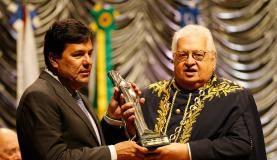 Rio de Janeiro - O ministro da Educação, Mendonça Filho, recebe o Prêmio Fernando de Azevedo Educador do Ano 2016 das mãos do presidente da Academia Brasileira de Educação, Carlos Alberto Serpa (Fernando Fraz