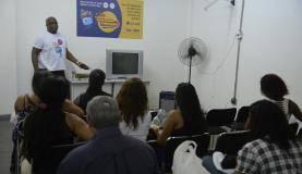 Rio de Janeiro - Monitor da Seja Digital ensina famílias que receberam o equipamento a realizar a instalação do kit de TV digital (Tomaz Silva/Agência Brasil)