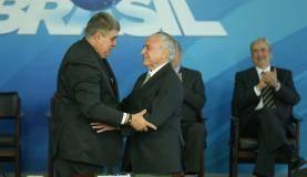Brasília - O presidente Michel Temer dá posse ao novo ministro da Secretaria de Governo, Carlos Marun, em cerimônia no Palácio do Planalto (Valter Campanato/Agência Brasil)