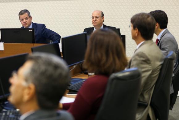 Brasília - O presidente do Cade, Alexandre Barreto, e o presidente do Banco Central, Illan Goldfajn, assinam memorando sobre procedimentos de cooperação nas análises de atos de concentração econômica (Marcelo Cam