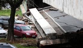 Brasília - Parte de viaduto desabou por volta do meio-dia no Eixão Sul, na área central da capital federal (Marcelo Camargo/Agência Brasil)