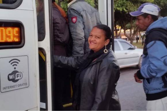 Maria Sales sobe no ônibus lotado