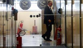 Rio de Janeiro - O presidente do Comitê Olímpico Brasileiro, Carlos Arthur Nuzman, é conduzido para oitiva na sede da Polícia Federal (Tânia Rêgo/Agência Brasil)