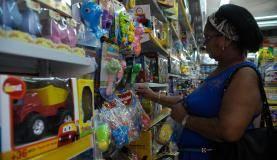 Rio de Janeiro - A dona de casa Maria das Graças Benedito, 67 anos, compra presentes para o Dia da Criança no comércio da Saara (Fernando Frazão/Agência Brasil)