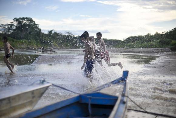 Assis Brasil (Acre) - Crianças brincam no rio Acre, que faz divisa com o Peru