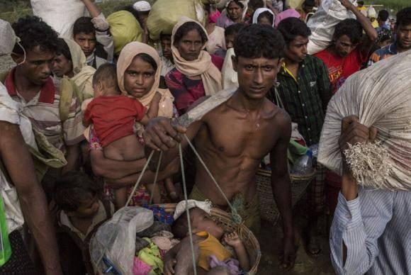 Refugiados rohingya atravessam o rio Naf, entre Myanmar e Bangladesh