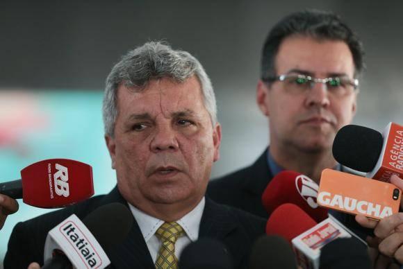 Brasília - Deputado Alberto Fraga conversa com jornalistas após reunião com o presidente Temer; o ministro da Justiça, Alexandre de Barros; e o presidente da Câmara, Rodrigo Maia (José Cruz/Agência Brasil)