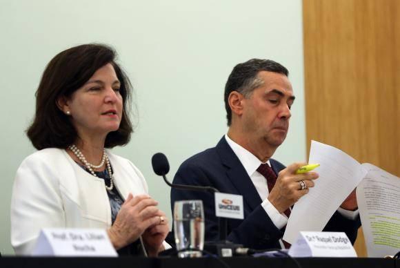 Brasília - A procuradora-geral da República, Raquel Dodge, e o ministro do Supremo Tribunal Federal (STF) Luís Roberto Barroso, participam da palestra Direito à Água promovida pela UniCEUB (José Cruz/Agência Brasil)
