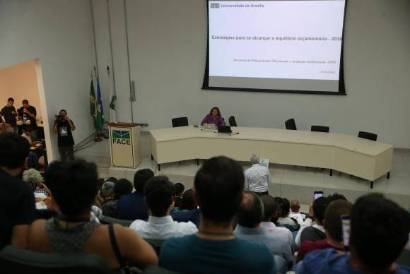 Brasília - A decana de Planejamento e Orçamento da Universidade de Brasília (UnB), Denise Imbroisi, apresenta o detalhamento da situação orçamentária da UnB (Valter Campanato/Agência Brasil)