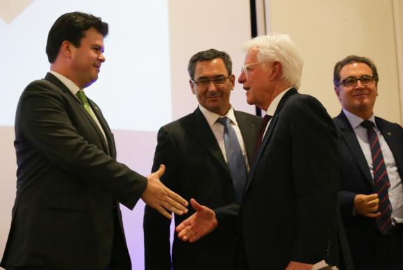 Brasília - O ex-ministro Fernando Coelho cumprimenta o novo ministro de Minas e Energia, Moreira Franco, na solenidade de transmissão de cargo (Fabio Rodrigues Pozzebom/Agência Brasil)