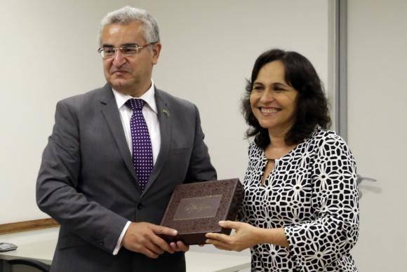 Brasília - O embaixador do Azerbaijão, Elkhan Polukhov, visita as instalações da Empresa Brasil de Comunicação, acompanhado da Diretora-Geral da EBC, Christiane Samarco (Antonio Cruz/Agência Brasil)