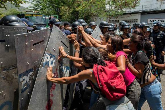 Familiares dos presos protestam em frente ao centro de reclusão da Polícia do estado de Carabobo, na Venezuela, após um incêndio que causou a morte de 68 presos no local na quarta-feira (28 de março)