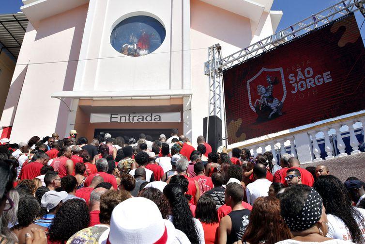 Rio de Janeiro - Durante os festejos de São Jorge em Quintino, na zona norte, na sede da paróquia dedicada ao santo, fiéis se reúnem para missas e procissões.