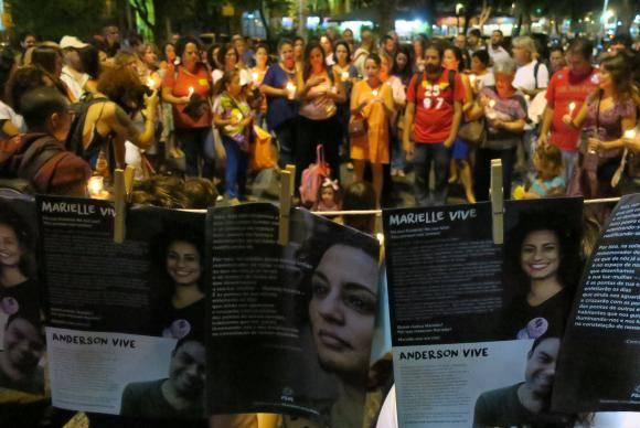 Rio de Janeiro - O ato Luzes para Marielle e Anderson reúne manifestantes no Largo do Machado. O público compareceu segurando velas e lanternas (Vladimir Platonow/Agência Brasil)
