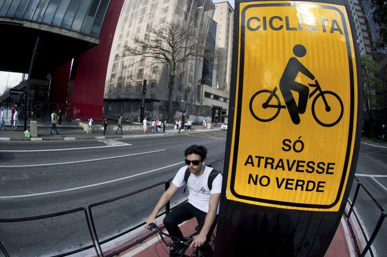 Com 2,7 quilômetros de extensão e ligação com 11 outras ciclovias, a ciclovia da Avenida Paulista permite que o ciclista percorra vias exclusivas da Zona Oeste até a Zona Sul da cidade (Marcelo Camargo/Agência Brasil)