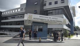 Curitiba - Movimentação de jornalistas na sede da Policia Federal , aguardando a chegada do ex-presidente Luiz Inácio Lula da Silva (Marcello Casal Jr/Agência Brasil)