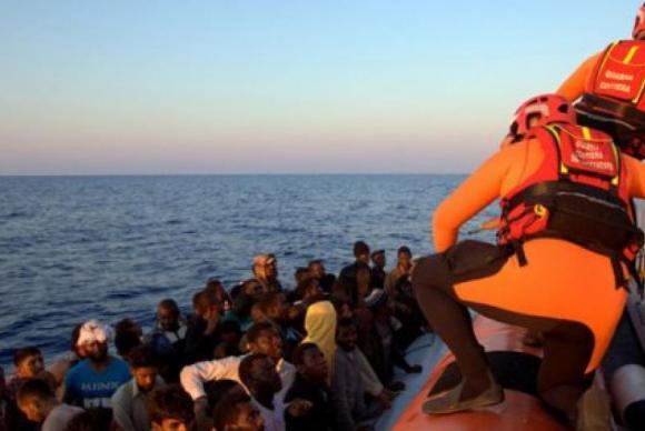 Migrantes resgatados pela Guarda Costeira da Itália