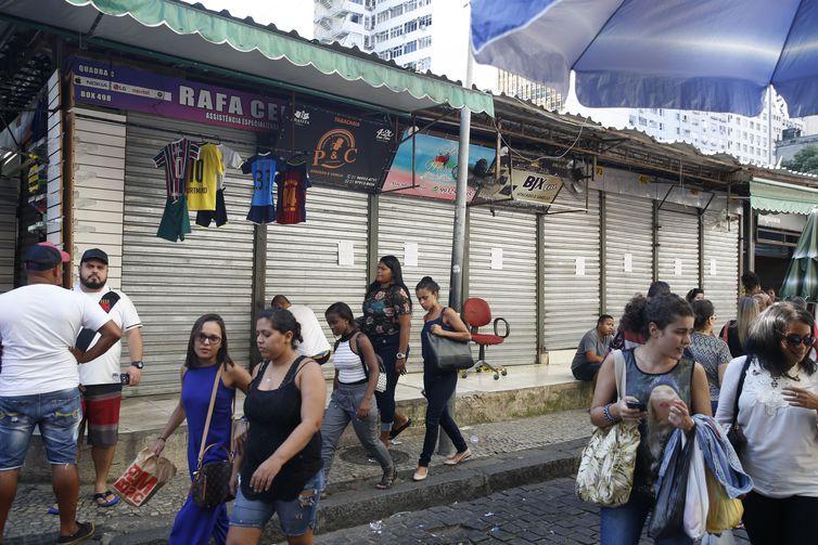 Uma ação da prefeitura do Rio resultou na interdição de 45 boxes no camelódromo da Rua Uruguaiana, o principal polo de comércio popular do centro da cidade.
