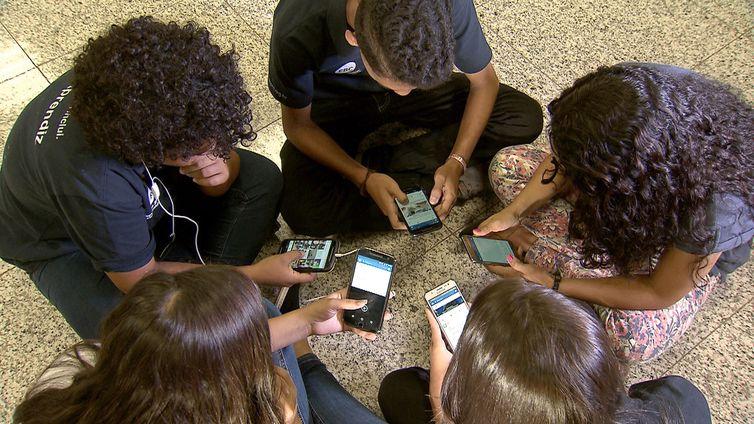 como vídeos e comentários postados na internet podem influenciar os interesses e comportamentos individuais