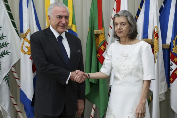 Brasília - Antes de embarcar para o Perú, o preidente Michel Temer transmite o cargo de Presidente da República para a presidente do Supremo Tribunal Federal, Ministra Cármen Lúcia (Marcos Corrêa/PR)