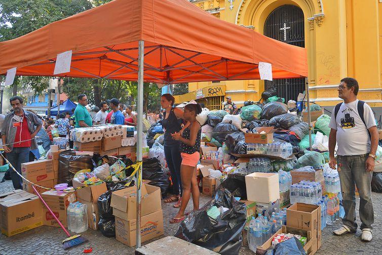 Desabrigados do edifício Wilton Paes de Almeida, que desabou após incêndio na última terça-feira (1º), recebem doações em frente a Igreja Nossa Senhora do Rosário dos Homens Pretos, no Largo do Paissandu.