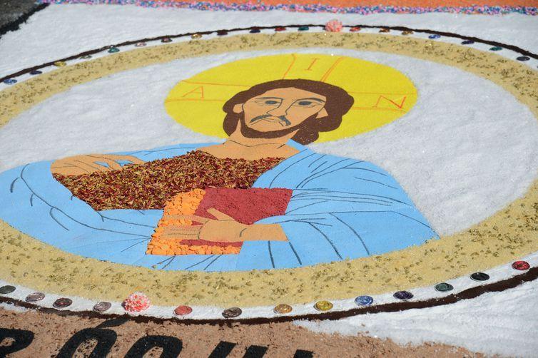 Fiéis confeccionam tapetes de sal para Corpus Christi na Catedral Metropolitana, no centro do Rio.