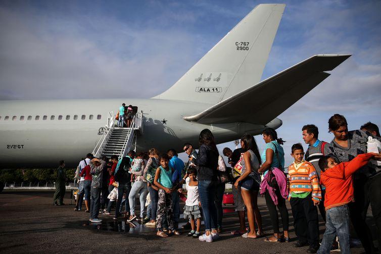 Imigrantes venezuelanos embarcam em avião da Força Aérea Brasileira, em Boa Vista, com destino à Manaus e São Paulo.
