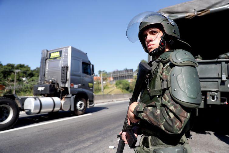 Exército e PRF desmobilizam caminhoneiros na Rodovia Régis Bittencourt, em São Paulo