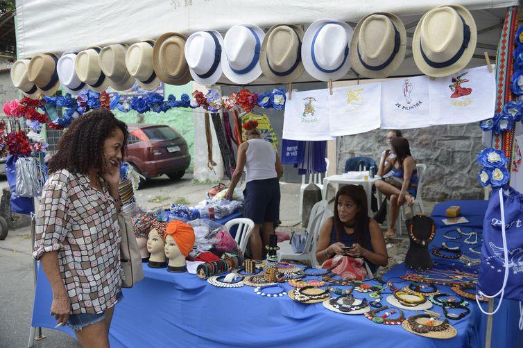 A Feira das Yabás, patrimônio cultural imaterial do Rio, volta a acontecer após negociação com Prefeitura, nas ruas de Oswaldo Cruz, zona norte, em comemoração de 10 anos, com comidas tipicamente afro-brasileiras.