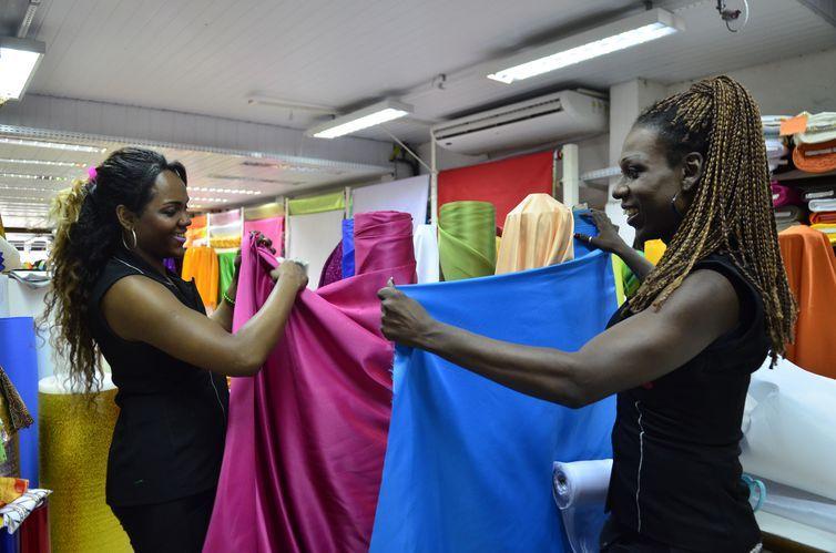 Vendedoras da loja Babado da Folia, no Saara, centro do Rio. Na foto, à direita a vendedora Melissa Freitas, à esquerda, Jade Karr (Tomaz Silva/Agência Brasil)