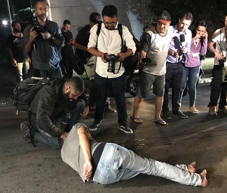 Homem é hospitalizado após confusão em frente ao Instituto Lula