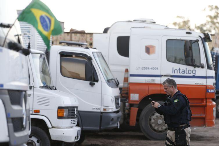 Agentes da Polícia Rodoviária Federal (PRF) começaram a identificar os caminhões parados fora das estradas e dos acostamentos na Rodovia Presidente Dutra, em Seropédica (RJ).