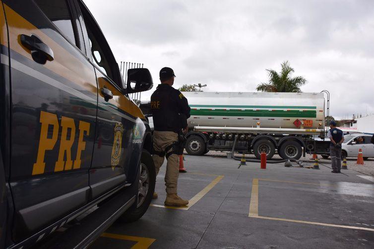 Segundo a Polícia Rodoviária Federal no Paraná, os caminhões foram escoltados por viaturas com policiais rodoviários federais de Araucária até o terminal aéreo