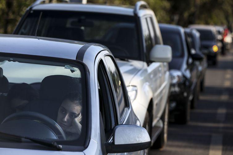 Brasilienses enfrentam até 4km de filas para abastecer em posto de combustíveis que vende gasolina a R$ 2,98 como parte do Dia da Liberdade de Impostos (DLI).