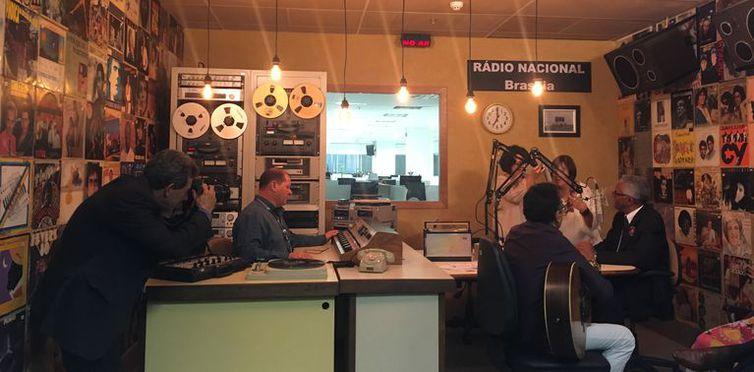 Sob o comando do apresentador Valter Lima, o novo programa da Rádio Nacional AM de Brasília foi concebido para mudar a forma de fazer rádio no Brasil