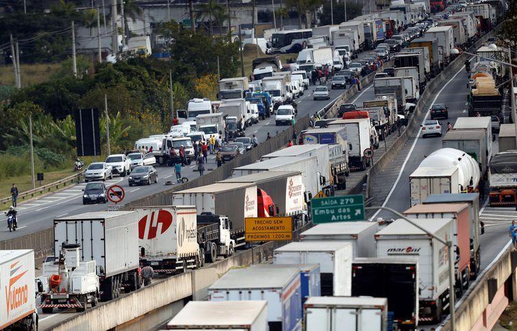 Caminhoneiros participam de protesto contra os altos preços do diesel na rodovia BR-116 Régis Bittencourt, em São Paulo