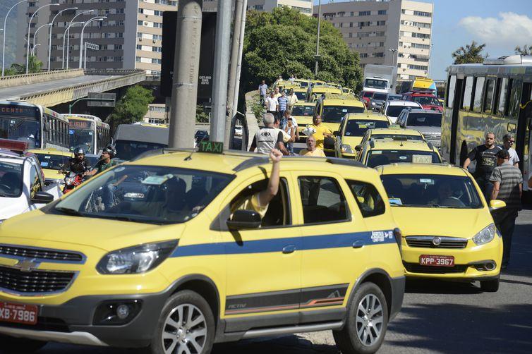Taxistas protestam em frente à prefeitura, na Cidade Nova, região central do Rio.