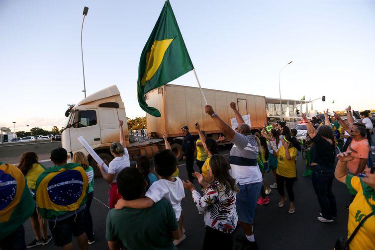 Um grupo de motoristas de guincho protesta neste domingo (27) na Esplanada dos Ministérios, em Brasília, pelo fim dos impostos que incidem sobre o diesel.