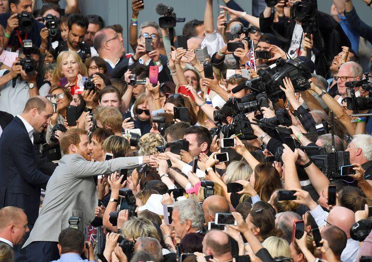 Harry, sempre menos popular do que o irmão mais velho, William, está sendo festejado pelos súditos às vésperas do casamento.