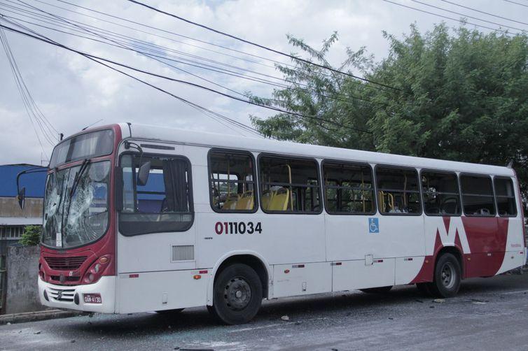 ônibus depredado em Manaus