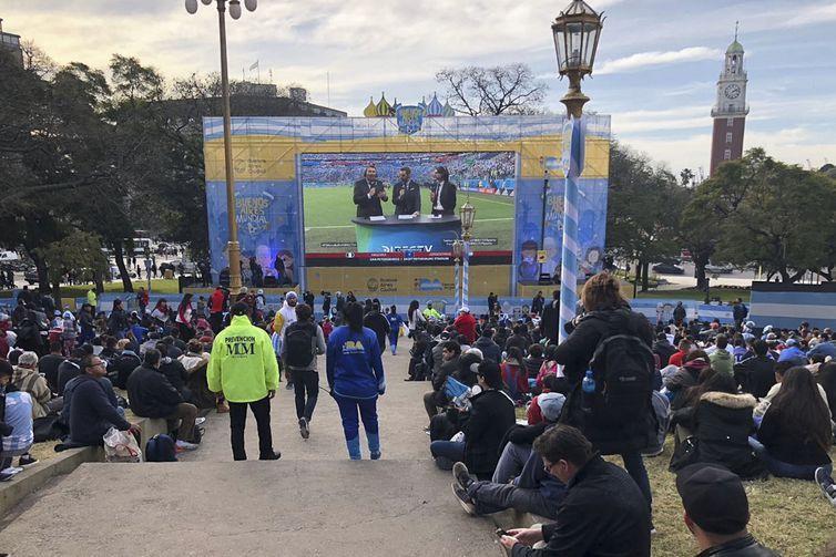 Argentinos esperam para ver o jogo na Praça San Martin, ao lado do Ministério das Relações Exteriores da Argentina