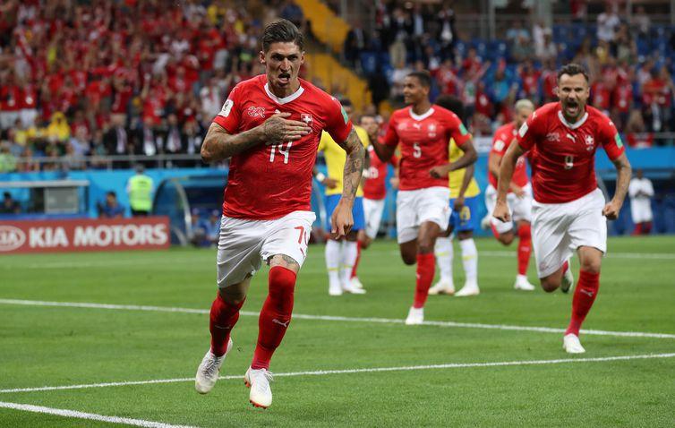 Steven Zuber celebra gol de empate em partida contra o Brasil REUTERS/Marko Djurica