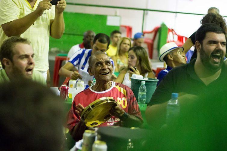 Agrupamentos de samba juntam músicos de novas gerações com a velha guarda. Na foto, o sambista Binha do Salgueiro toca com o Glória ao Samba.