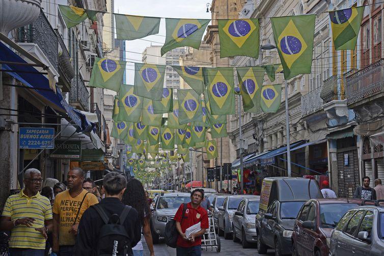 Comerciantes no centro da cidade decoram a Rua Buenos Aires e vendem artigos para torcedores da Copa do Mundo da Rússia 2018.
