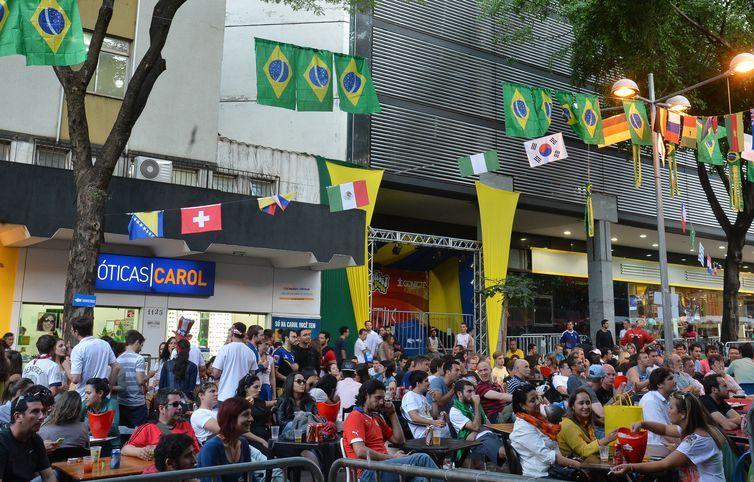 Em Belo Horizonte - MG, milhares de torcedores, de várias nacionalidades, lotam a Praça da Savassi diariamente, para acompanhar os jogos do mundial da Fifa (Marcello Casal Jr/Agência Brasil)