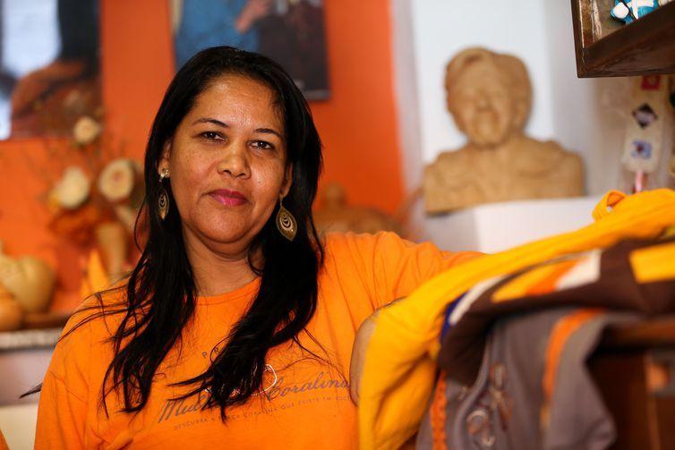 Ivana dos Passos Souza, artesã da Associação Mulheres Coralinas, durante oficina de gastronomia e recuperação da receita do Alfenim, doce tradicional da Cidade de Goiás.