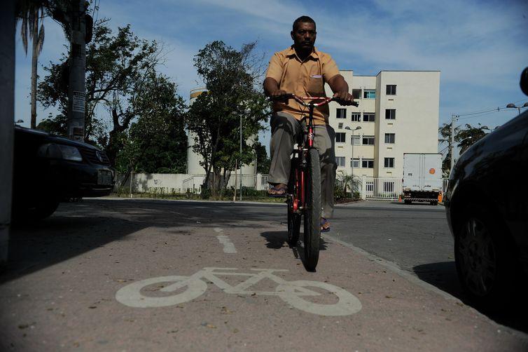 Rio de Janeiro - A ciclovia da Estrada dos Bandeirantes apresenta vários problemas como postes no meio da pista, buracos, desníveis e má sinalização