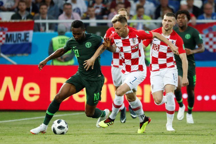 Copa 2018: Croácia e Nigéria. Ivan Rakitic da Croácia em ação com John Obi Mikel da Nigéria.